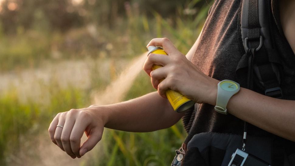 Третиране на ухапвания от комари. Може да се ползва спрей, крем и друго средство с антиалергичен ефект.