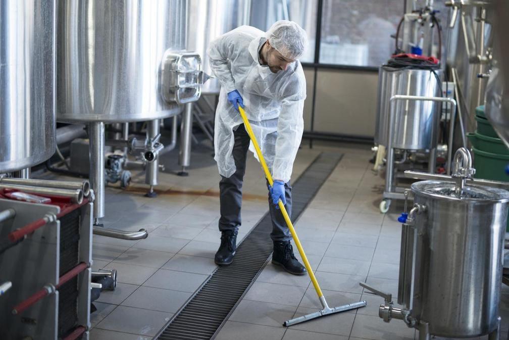 Дезинфекция на производствените помещения е абсолютно задължителна. Редовното почистване и третиране се прави за запазване здравето на работниците.