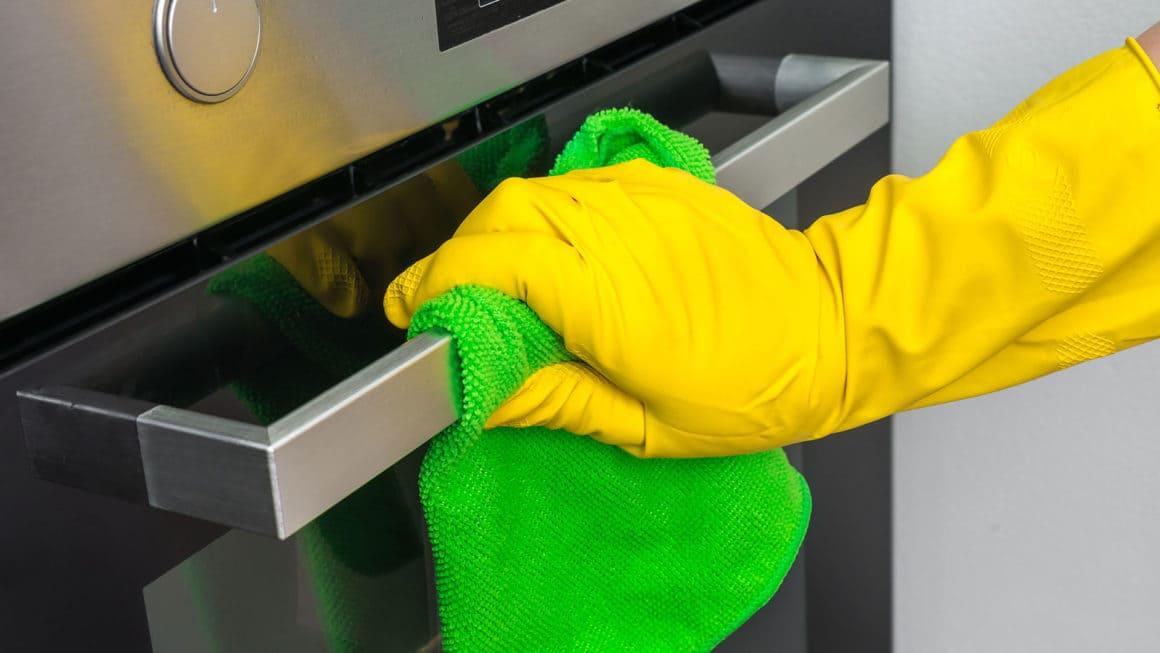 Уредите за готвене и местата, където държим и приготвяме храна трябва редовно да се почистват и дезинфекцират. Те са места, които задържат различни микроорганизми.